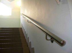 С помощью поручней можно сделать лестницу более безопасной