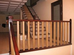 Деревянные перила обладают прекрасными эстетическими качествами и длительным сроком службы