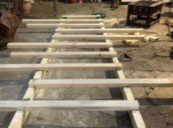 Конструкция деревянной приставной лестницы достаточно простая, поэтому ее вполне можно изготовить своими руками