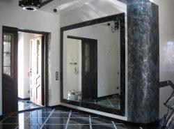 Правильно подобранное зеркало способно улучшить эстетические качества прихожей и сделать ее более функциональной