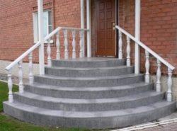 Бетонная лестница отлично подходит для оборудования входа в частный дом благодаря своей прочности и долговечности