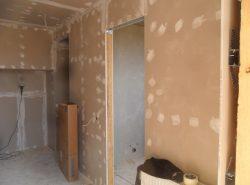 Обшить стены гипсокартоном можно способом бескаркасного соединения или же с применением опорного каркаса