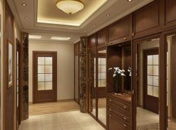 Большой коридор в квартире или доме обязательнодолжен быть уютным и функциональным