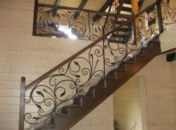 Перила являются важной частью лестничной конструкции