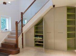 Шкаф, размещенный под лестницей, смотрится стильно и оригинально