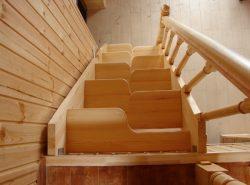 Сделать интерьер загородного дома оригинальным и необычным можно при помощи интересной лестницы Гусиный шаг