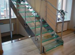 Стильно и модно выглядят лестницы с элементами из нержавеющей стали