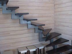 Лестница на металлических косоурах отлично дополнит дизайн современного помещения