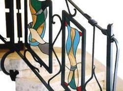 Используя балясины необычной формы, можно сделать из обычной лестницы настоящее украшение интерьера