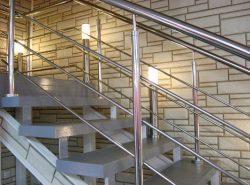 Сделать лестницу безопасной и практичной можно при помощи красивых поручней