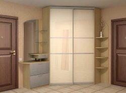Обязательным элементом современной прихожей является стильный встроенный шкаф-купе