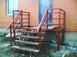 Уличные лестницы из металла отличаются длительным сроком службы и легкостью монтажа
