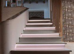 Стильно украсить лестницу можно оригинальной подсветкой