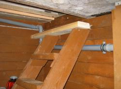 Лестницу в погреб рекомендуется изготавливать из металла или дерева, обработанного лаком или другим защищающим средством