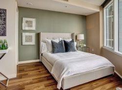 В спальне рекомендуется ставить кровать в противоположном углу относительно двери, чтобы она не мешала комфортному передвижению по комнате