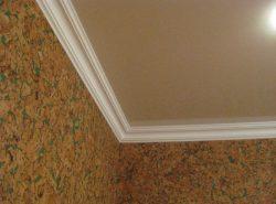 Поклейка плинтуса производится не к самому натяжному потолку, а непосредственно к стене