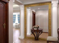 Сделать прихожую красивой и оригинальной поможет большое зеркало на всю стену