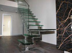 Красивая стеклянная лестница прекрасно дополнит любой современный интерьер