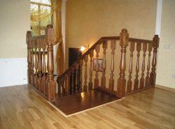 Красиво украсить деревянную лестницу можно специальными балясинами