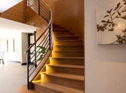 Достаточно востребованными и популярными являются лестницы на второй этаж из натурального дерева