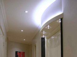 С помощью правильно подобранного освещения можно визуально увеличить прихожую