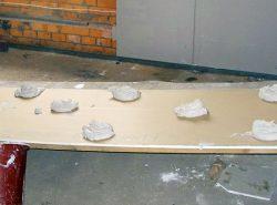 Надежно приклеить гипсокартон к стене вам поможет высококачественный специализированный клей