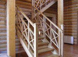 Элементы деревянной лестницы не только украшают ее, но и несут практическую пользу