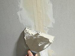 Чтобы качественно зашпаклевать швы между плитами на потолке, нужно провести подготовительные работы