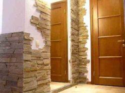Искусственный камень является достаточно популярным материалом для отделки поверхностей в коридоре