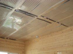 Достаточно быстро и легко обогреть загородный дом можно при помощи инфракрасных обогревателей на потолок