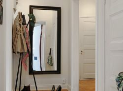 Благодаря правильно подобранному зеркалу, прихожая визуально выглядит просторнее и ярче
