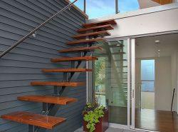 Лестница с площадкой - одна из самых удобных лестничных конструкций