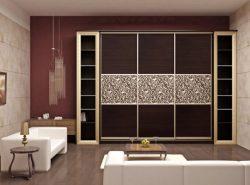 Красивый и практичный шкаф-купе в гостиной поможет быстро спрятать все ненужные вещи от посторонних глаз