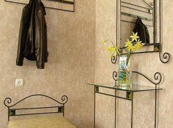 Кованая мебель в прихожей смотрится очень стильно
