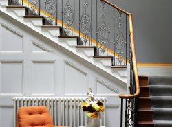 Кованые лестницы уже давно используются в интерьерах домов и смотрятся довольно изящно и стильно