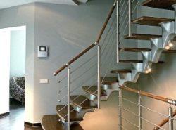 Как правило, практически все загородные дома проектируются двухэтажными, поэтому наличие в них лестницы становится обязательным условием