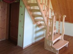Готовые лестницы могут отличаться по цвету, форме, цене и материалу, из которого они изготовлены