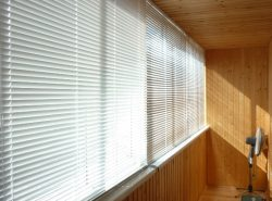 Защитить балкон от солнечных лучей с легкостью можно при помощи качественных жалюзи