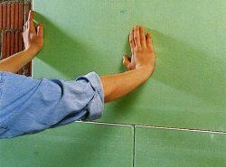 С помощью бескаркасного крепления гипсокартона можно выровнять стены