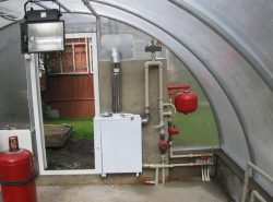 При круглогодичном выращивании культур в теплице необходимо поддерживать правильный температурный режим