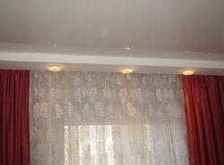 Дополнить дизайн помещения и внести в него изюминку поможет ниша для штор