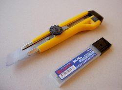 С помощью ножа для гипсокартона можно легко резать материал на куски любой формы и размера