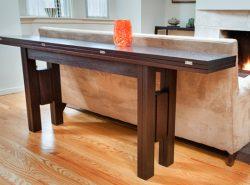 Складной стол для гостиной довольно функциональный, однако не занимает много места