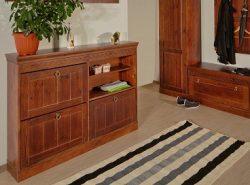Мебель из массива дерева делает прихожую уютной и придает ей дороговизны