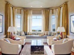 Удачным решением оформления окна в гостиной станет комбинация из нескольких направлений