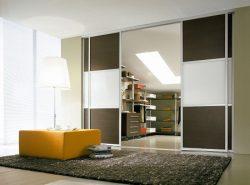 Раздвижные двери в гардеробной имеют хорошие эксплуатационные качества и красивый внешний вид