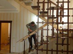 Модульная лестница является достаточно простой в монтаже, поэтому ее установить можно самостоятельно