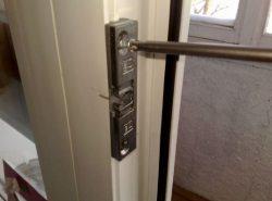 Сделать балконную дверь более надежной и удобной можно при помощи специальной защелки для ПВХ двери