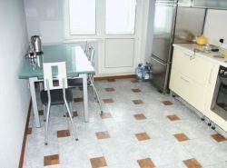 Дополнить стильный интерьер кухни можно при помощи красивого и практичного линолеума