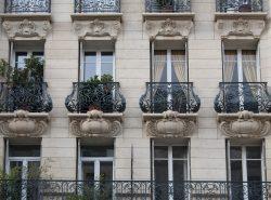 Французский балкон является украшением дома, которое всегда привлекает внимание своим шармом